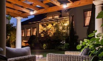 La pose de réseaux électriques sur une terrasse: éclairage, câblage, éclairage de façade